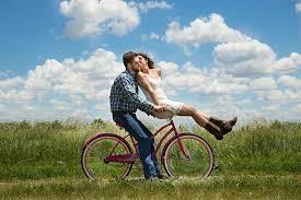 szczesliwi ludzie na rowerze